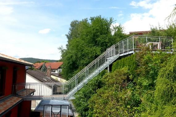 Treppe führt zur Hangterrasse